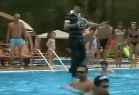 Video DvdiV – Spettacolare , Cammina sull' Acqua tra il Pubblico in Piscina