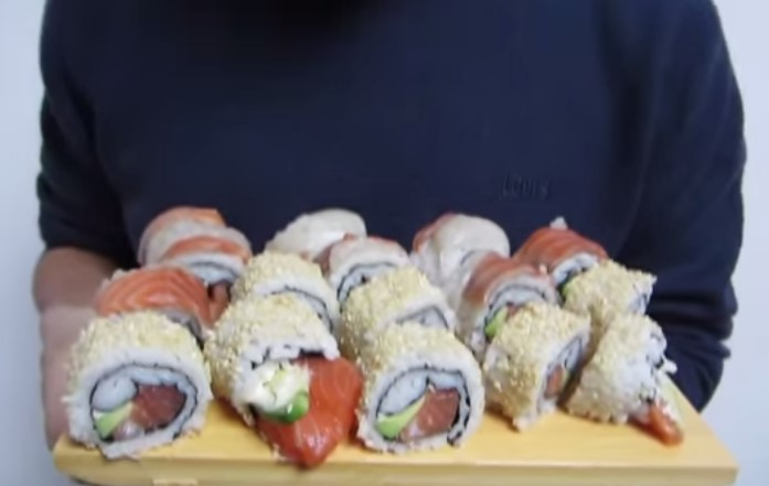 Ricetta per Sushi Uramaki Classici ( rotolo medio con riso esterno )