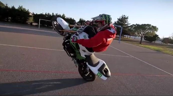 Sport , eccoti un' altra Esibizione Stunt con la Moto
