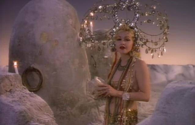 VideoClip , della Romantica True Colors di Cyndi Lauper