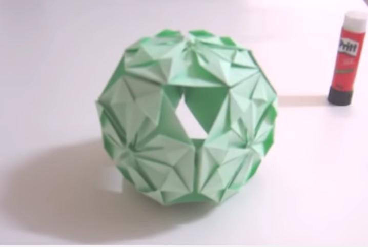 Funny , Arte dell' Origami per Creare un Tradizionale Kusudama