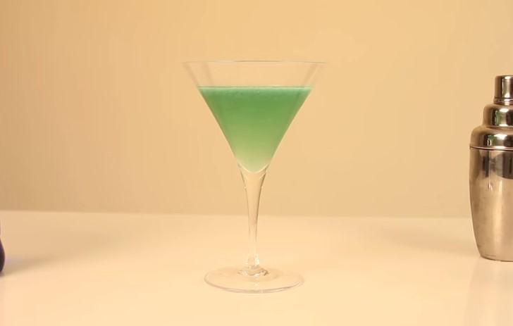 Cocktail , Arte nel Preparare un Fantastico Blue Angel