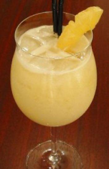 Cocktail , Arte nel Preparare un Fantastico Pina Colada