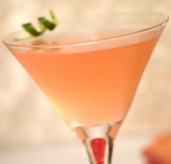 Cocktail , Arte nel Preparare un Veloce Green Tea Cosmopolitan